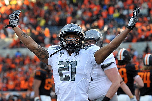 LaMichael James #21 of the Oregon Ducks celebrates a touchdown in the fourth quarter vs Oregon State on December 4, 2010